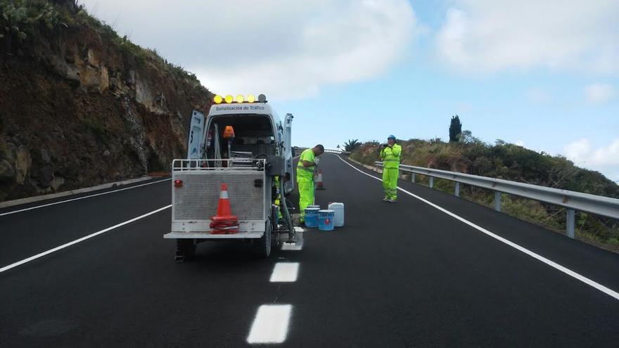 En la imagen, un tramo la obra de mejora y acondicionamiento de la carretera entre  Los Sauces y Cruz del Castillo recientemente asfaltado.