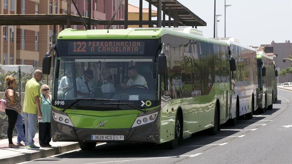 Vehículo del servicio Santa Cruz-Candelaria, en una imagen de archivo
