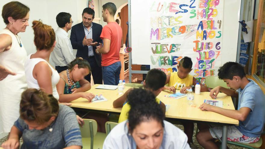 Alcalde de Alcantarilla visita la escuela de verano de Cáritas