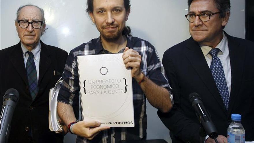 Pablo Iglesias, junto a Vicenç Navarro (i) y Juan Torres (d), durante la presentación del documento.