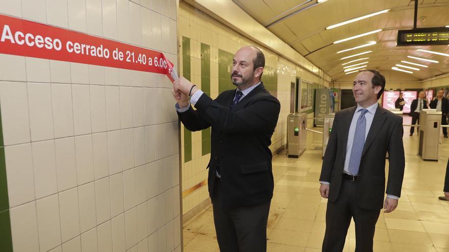 Retirada de uno de los carteles que restringía los horarios en Metro | COMUNIDAD DE MADRID