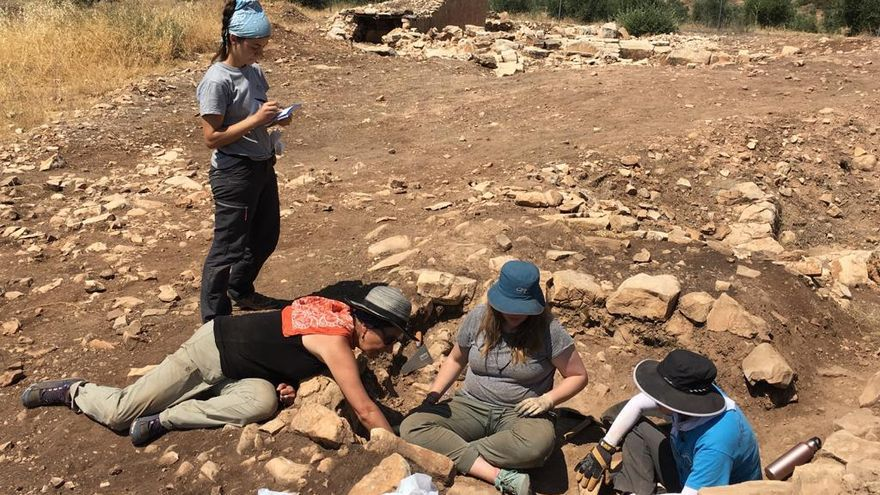 En la fotografía, la profesora Katina Lillios (tumbada; pañuelo rojo sobre los hombros) excava unos depósitos rituales en la base del Gran Túmulo 1