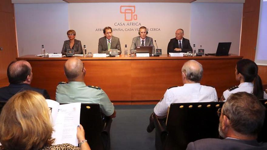 El jefe de análisis de riesgos de países terceros del Frontex, Roman Fantini (2d); la delegada del Gobierno en Canarias, Elena Mañez (i), el director de Casa Africa, Luis Padrón (2i) y el viceconsejero de Acción Exterior del Gobierno de Canarias, Luis Padilla