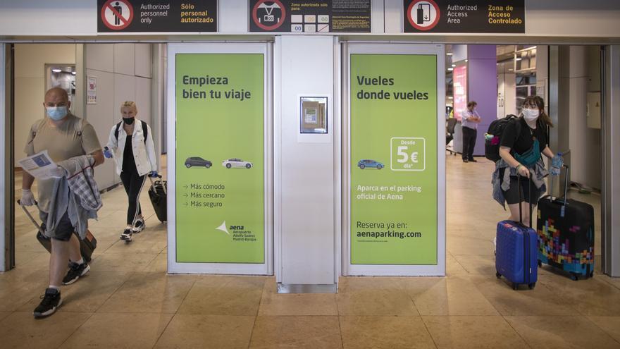 PP, Cs y Vox de Madrid piden más medidas en Barajas: registro de contacto de turistas, exigir PCR y regular las esperas