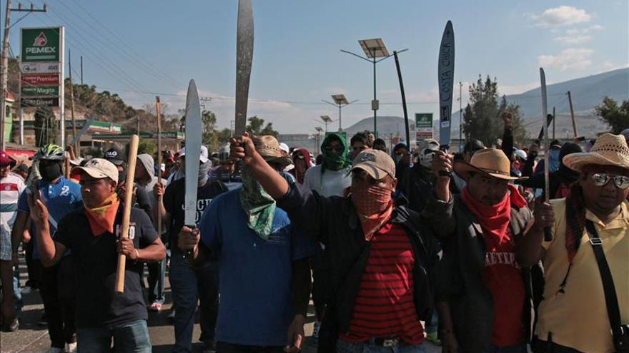 MÉXICO VIOLENCIAMaestros mexicanos reabren autopista tras protesta por muerte de su compañero