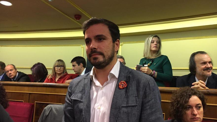 Alberto Garzón, con la bandera republicana en la solapa en la sesión de apertura de la legislatura.
