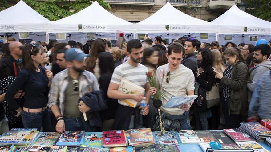 Los libreros facturan 21,80 millones en Sant Jordi, un 4 % más que en 2016