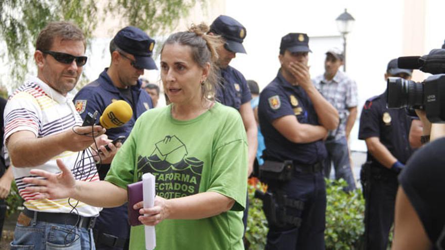 Cristina Cividanes en la protesta contra un deahucio de la PAH en Lanzarote (FELIPE DE LA CRUZ)