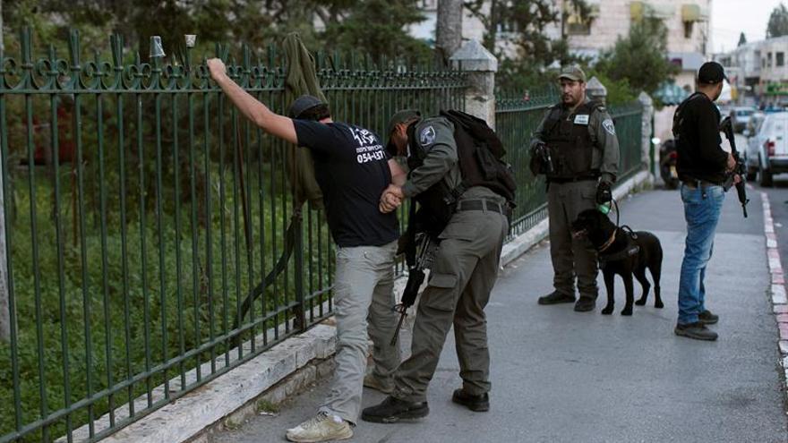 Un adolescente palestino pierde un ojo por bala de goma de la policía israelí