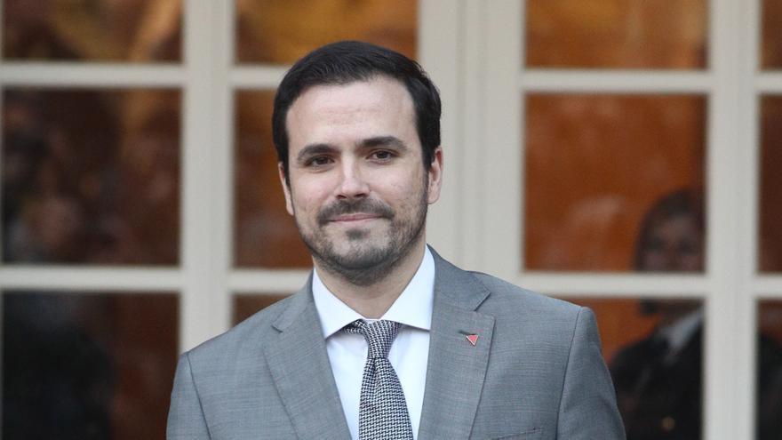 El ministro de Consumo, Alberto Garzón, posa con la cartera de su ministerio