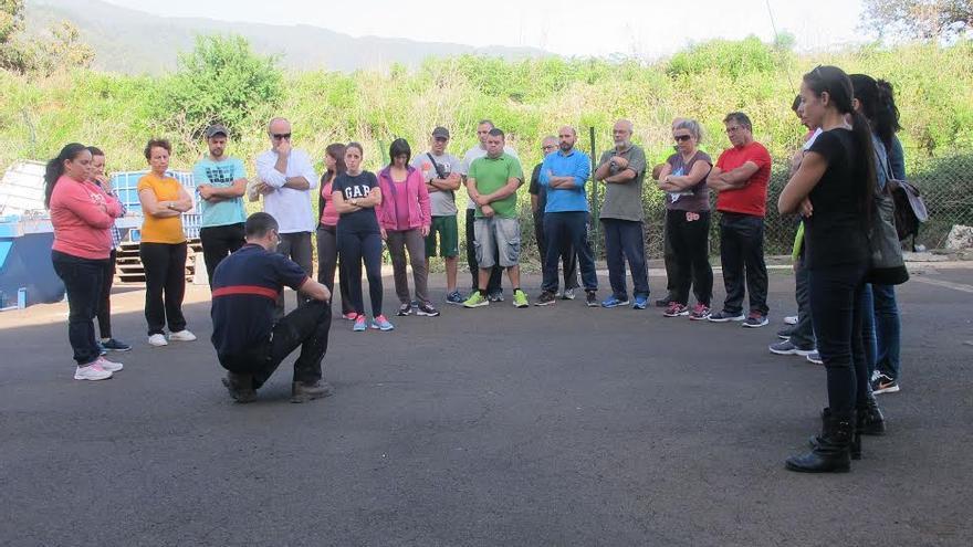 Los trabajadores del Cabildo reciben formación contra incendios.