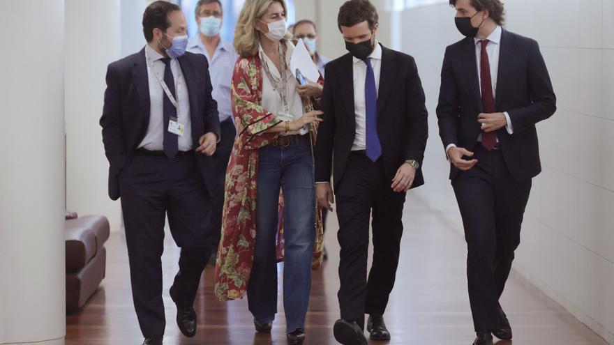 El presidente de PP, Pablo Casado, junto al vicesecretario de Comunicación del PP, Pablo Montesinos, y varios miembros de su equipo a su llegada a una reunión del Grupo Popular en el Congreso. En Madrid, a 21 de junio de 2021.
