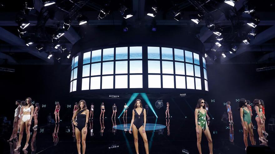 La explosión de color de Agatha Ruiz de la Prada pone el colofón a la semana de Moda de Baño de Gran Canaria