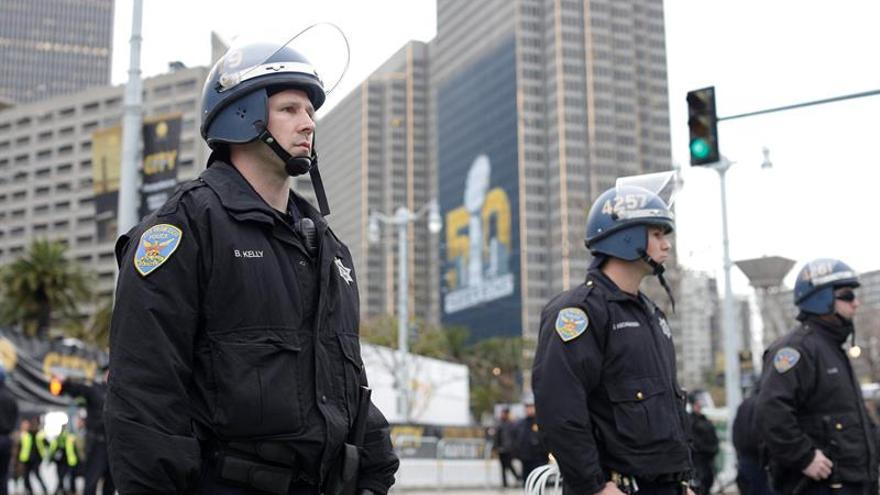 La Policía de San Francisco (EE.UU.) negocia con un hombre armado en una plaza