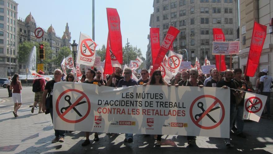 Un centenar de trabajadores de mutuas de accidentes cortan el tráfico en Barcelona contra los recortes