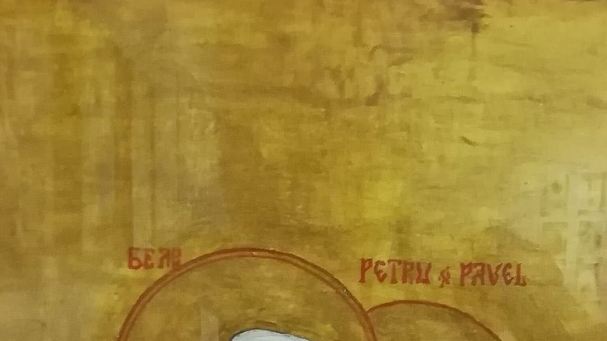 San Pedro y San Pablo besándose dentro de la muestra 'From Russia with Love'
