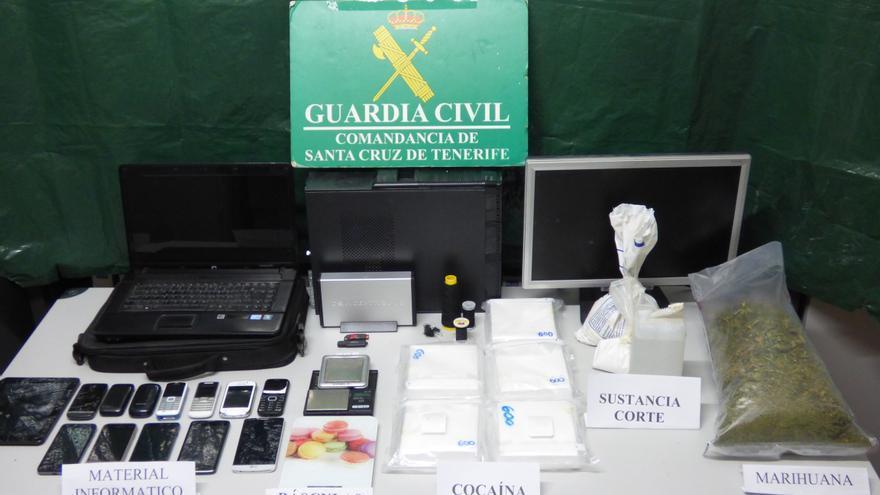 En la imagen, la droga y los objetos incautados. Foto: GUARDIA CIVIL.