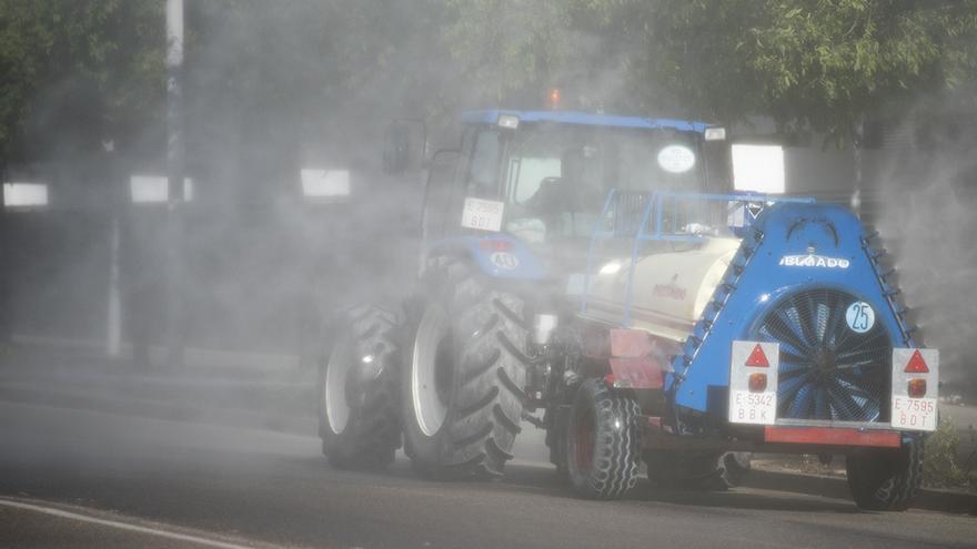 Tractores se despliegan en coordinación con Sadeco para desinfectar la ciudad | TONI BLANCO