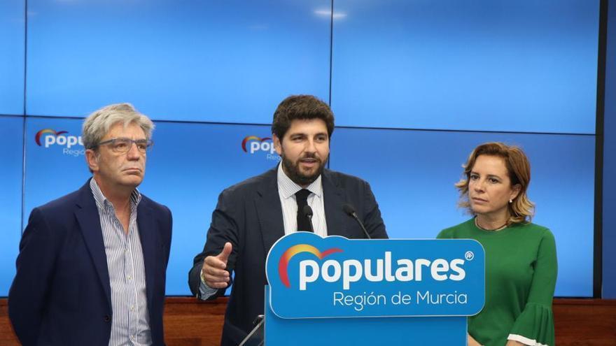 El presidente regional del PP ha estado acompañado en la comparecencia de prensa por el secretario general, Miguel Ángel Miralles, y la vicesecretaria regional de Organi-zación, Adela Martínez-Cachá.