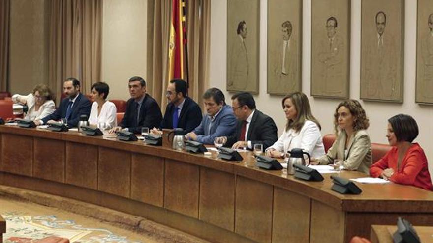 El presidente de la gestora del PSOE, Javier Fernández (5-d), se ha reunido hoy en el Congreso con el grupo parlamentario socialista para explicar sus planes y pedirles que contribuyan a rebajar la tensión y a cohesionar el partido ante la fractura que sufre. EFE