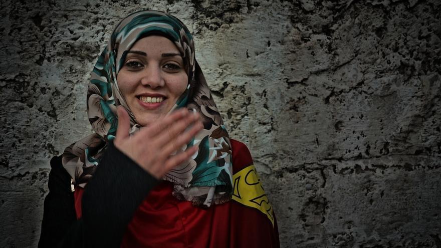 """Wafaz, 29 años, es fisioterapeuta y vive en Gaza: """"Estamos acostumbradas a las guerras, cada dos años hay una. Pero necesitamos mantenernos fuertes. La última guerra fue para mí especialmente dura; tengo dos hijas y llegué a temer por sus vidas"""". Fotografía: Ovidiu Tataru."""