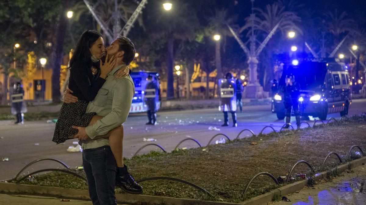 Una pareja se besa en la noche del fin del estado de alarma en Barcelona.