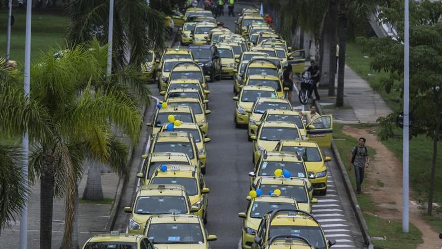 Taxistas causan colapso en tráfico de Río de Janeiro con protesta contra Uber
