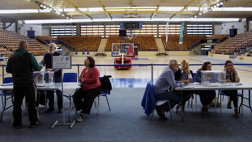 Cierran los colegios vascos y gallegos en una jornada sin grandes incidencias