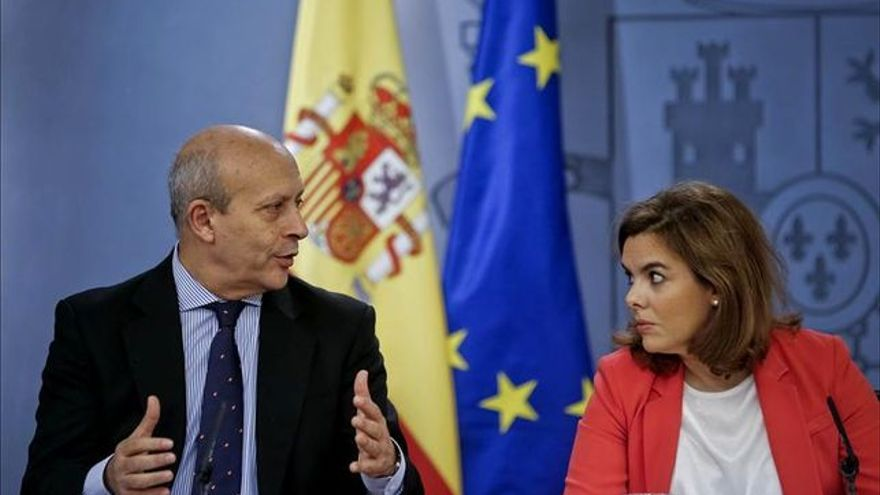 El ministro de Educación, Cultura y Deporte José Ignacio Wert y la vicepresidenta Soraya Sáenz de Santamaría // Foto: EFE