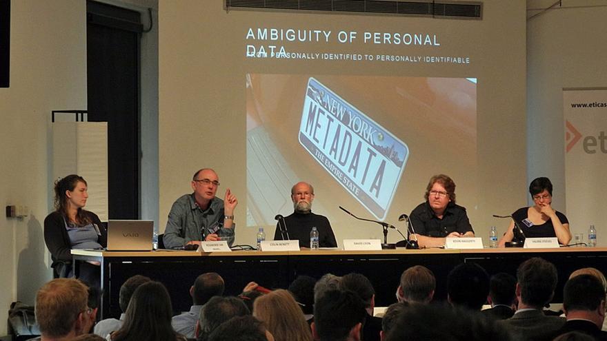 Rosamunde van Brakel, Colin Bennett, David Lyon, Kevin Haggerty, Valerie Steeves durante la sesión inaugural del Congreso Internacional de Vigilancia