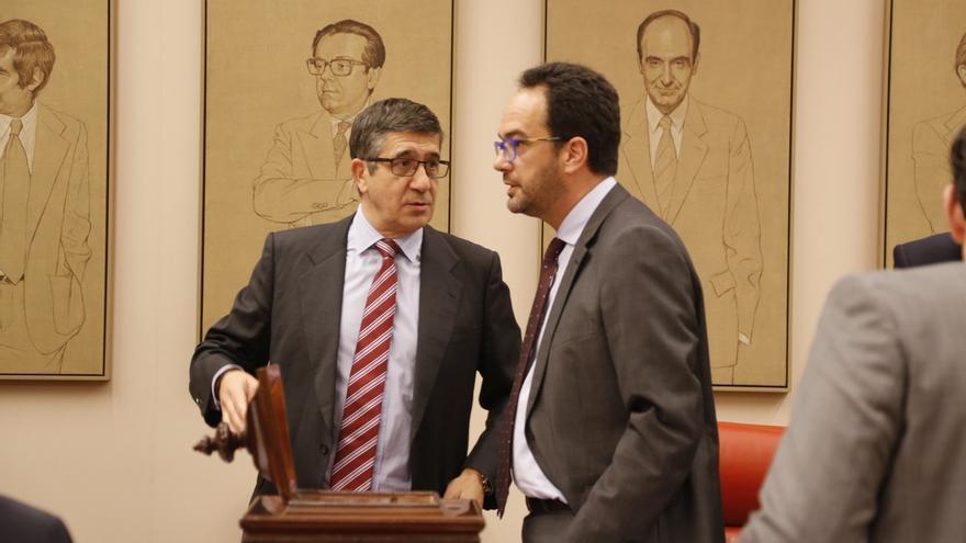 Patxi López, que aspira a volver a presidir el Congreso, junto al portavoz del PSOE, Antonio Hernando