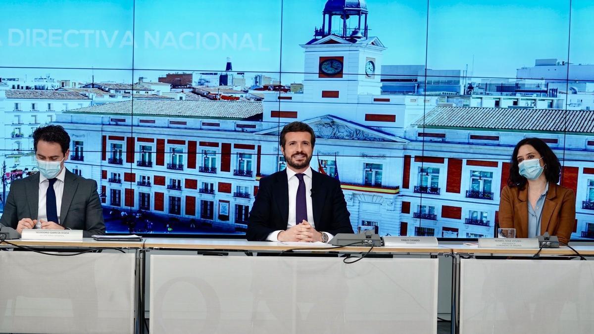 El líder del PP, Pablo Casado, junto al secretario general del PP, Teodoro García Egea, y la presidenta de la Comunidad de Madrid, Isabel Díaz Ayuso.