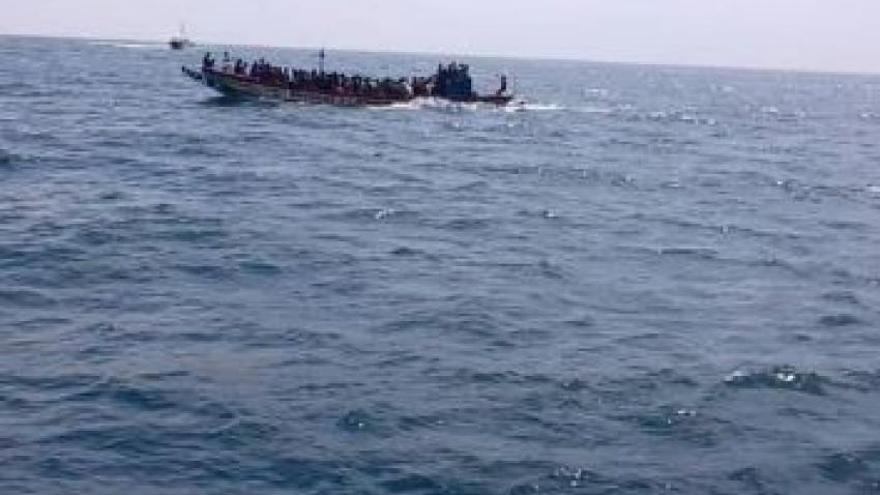 Más de cien desaparecidos tras una explosión en un cayuco que iba de Senegal a Canarias