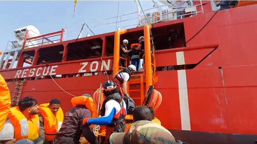 Una de las operaciones de rescate del Ocean Viking en el Mediterráneo este martes.