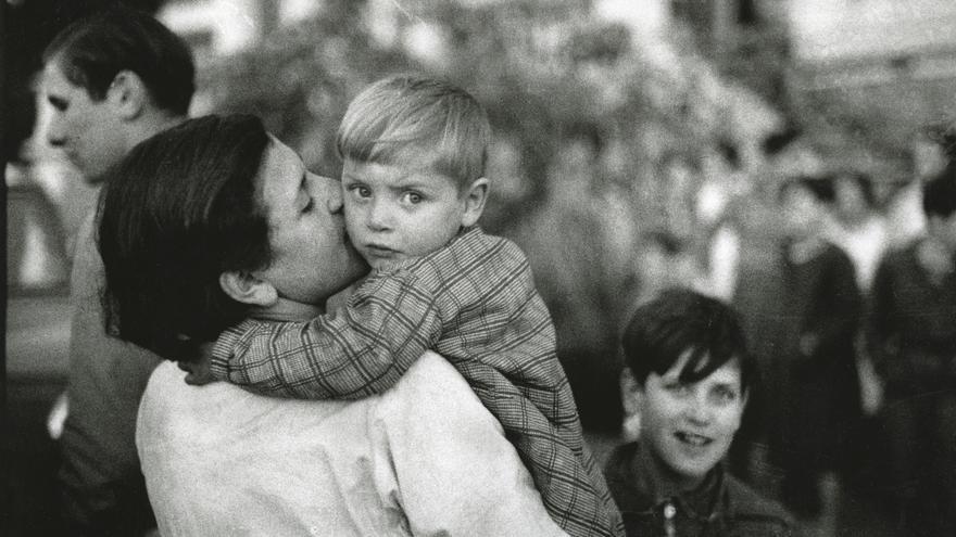 Profesora con un niño en el Orfanato «Rosario de Acuña», de la ATEA (Asociación de Trabajadores de Enseñanza de Asturias). Somió (Gijón), 2 de enero de 1937.