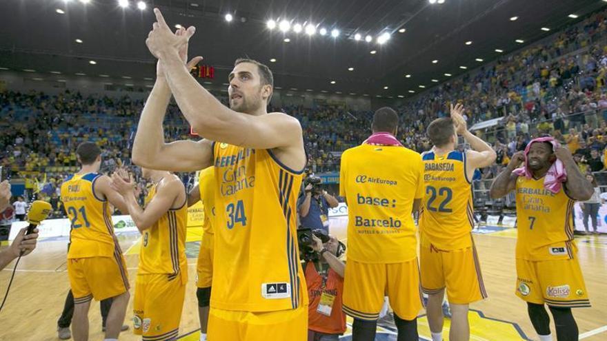Los jugadores del Herbalife Gran Canaria saludan a la afición tras vencer a Baskonia, al término del segundo partido de los cuartos de final de la Liga ACB