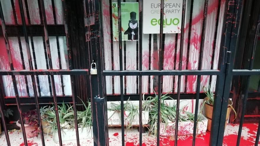 Equo denuncia un nuevo ataque a su sede en Madrid, que ha amanecido rociada con pintura roja y con pintadas