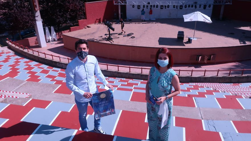 La alcaldesa de Teruel, Emma Buj, y el concejal de Cultura, Carlos Méndez, en el Auditorio del Parque de Los Fueros-Ricardo Eced, donde se ha acondicionado la zona del público para respetar los aforos y la distancia de seguridad.