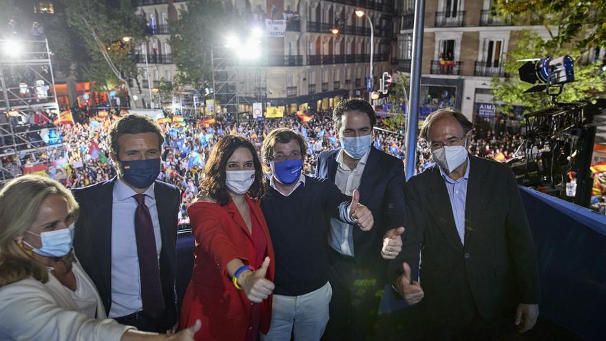 El líder del PP, Pablo Casado; la presidenta de la Comunidad de Madrid, Isabel Díaz Ayuso; el alcalde de Madrid, José Luis Martínez-Almeida; y otros miembros del PP celebran la victoria electoral el 4M. En Madrid, a 4 de mayo de 2021.