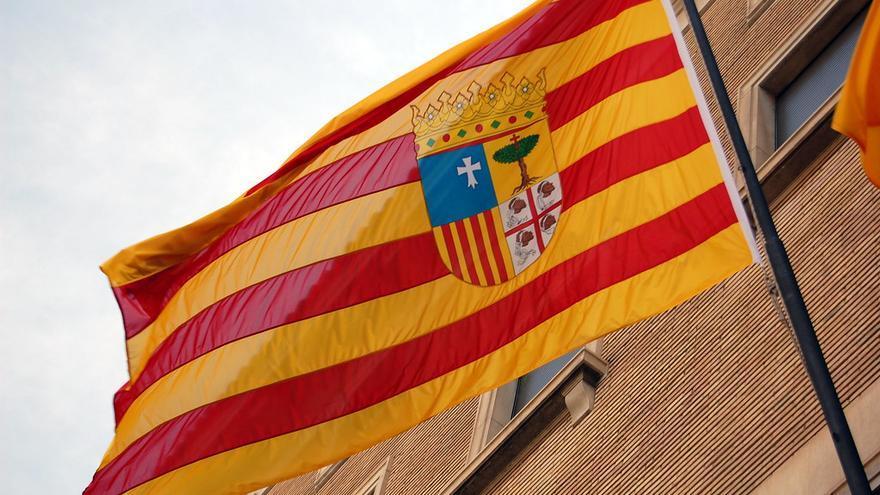 """La bandera de Aragón deberá onderar en todos los edificios públicos civiles, sin que su tamaño pueda ser """"inferior"""" al de otras enseñas """"cuando se utilicen simultáneamente"""""""