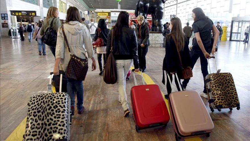 Los españoles siguen marchándose, 42.685 entre enero y junio, un 15,5 por ciento más