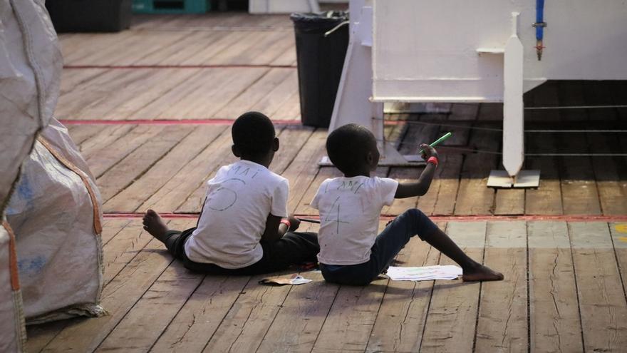 Dos menores rescatados por el Ocean Viking el 9 de agosto.