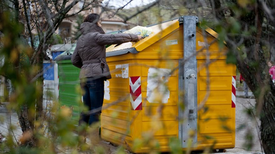 Las mujeres de entre 55 y 64 años con un alto nivel de estudios son las que más tiempo dedican a separar residuos.