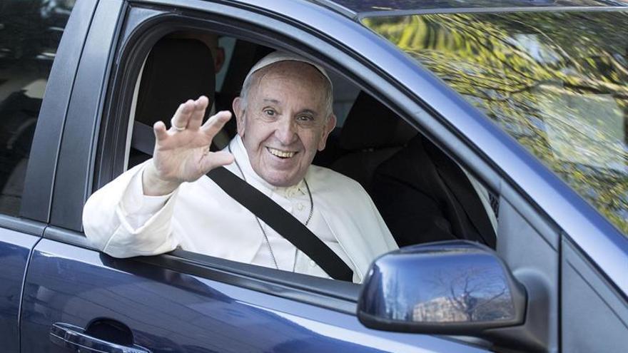 El papa visita por sorpresa un centro para ciegos en Roma