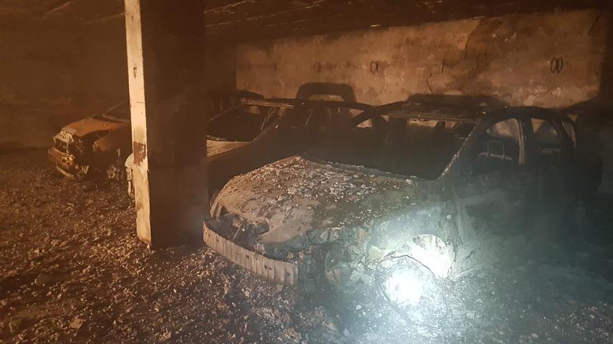 Estado en el que quedaron varios vehículos tras el incendio. Cedida
