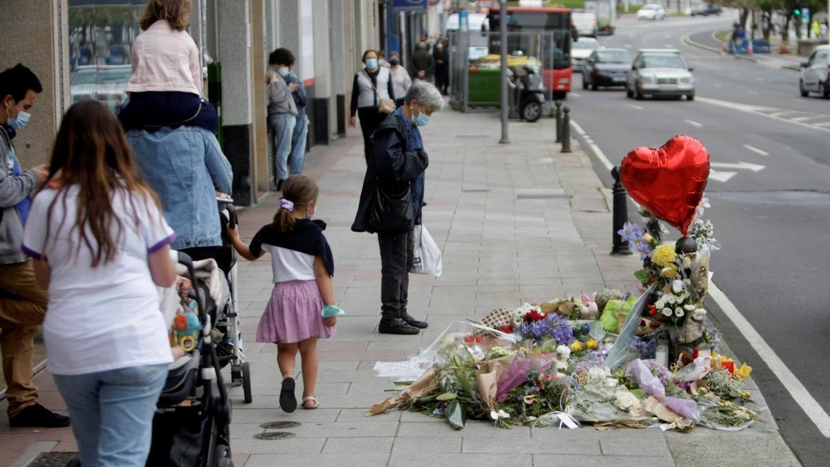 Vista de las flores y los mensajes dejados en el lugar en el que fue asesinado Samuel Luiz.