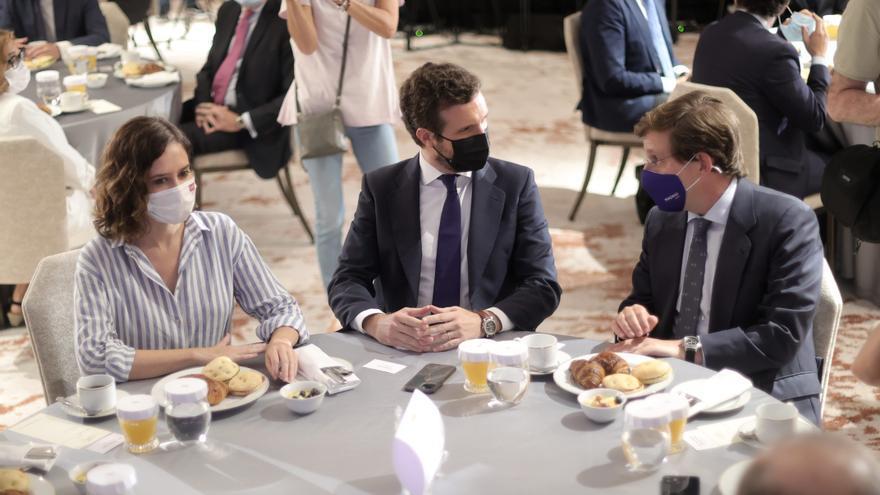 La presidenta de la Comunidad de Madrid, Isabel Díaz Ayuso; el presidente del PP, Pablo Casado, y el alcalde de Madrid, José Luis Martínez-Almeida, conversan durante un desayuno informativo del Fórum Europa, a 7 de septiembre de 2021, en Madrid.
