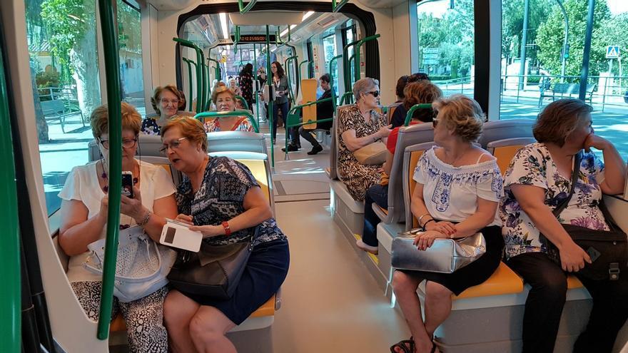 Interior del metro en su viaje inaugural con pasajeros