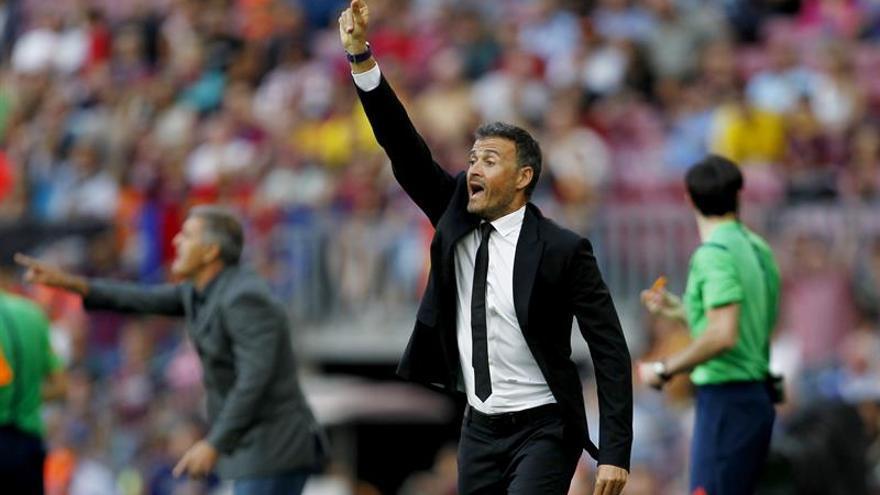 El entrenador del FC Barcelona, Luis Enrique Martínez (d) da instrucciones a sus jugadores en el partido ante Las Palmas, de la sexta jornada de Liga en Primera División disputado entre ambos equipos en el Camp Nou. EFE/Alejandro García.