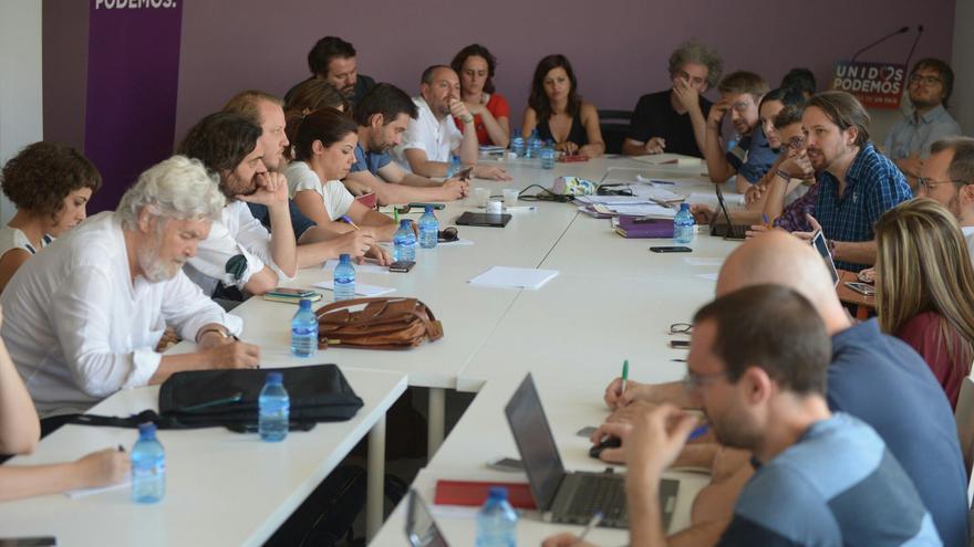 Pablo Iglesias habla durante la reunión de Unidos Podemos y las confluencias.